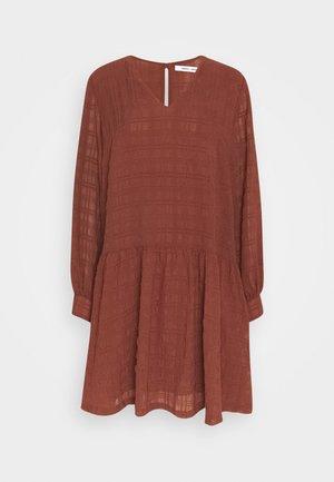 MILLO DRESS - Denní šaty - cinnamon