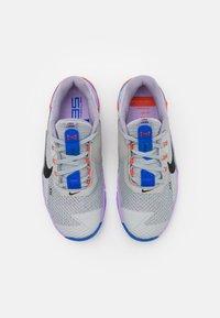 Nike Performance - METCON 7 UNISEX - Sports shoes - light smoke grey/black/violet haze/lilac/team orange/racer blue - 3