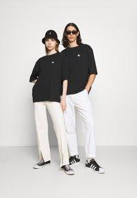 YOURTURN - UNISEX - T-shirt imprimé - black - 1