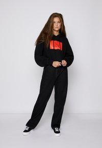 Calvin Klein Jeans - CROPPED HOODIE - Hoodie - black - 3