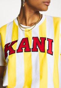 Karl Kani - SERIF STRIPE TEE - T-shirt print - white - 4