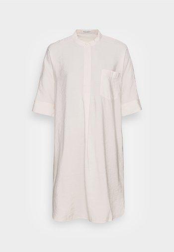 DRESS RELAXED FLUENT STYLE CHEST POCKET ROUNDED HEMLINE - Denní šaty - shaded sand