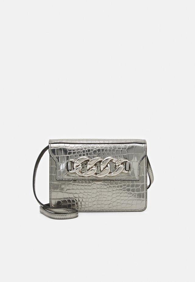 DAFT BAG - Olkalaukku - silver