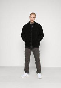 Jack & Jones - JJIROY JJJOE - Pantaloni cargo - dark grey - 1