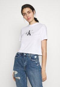 Calvin Klein Jeans - MONOGRAM MODERN STRAIGHT CROP - Print T-shirt - bright white - 0