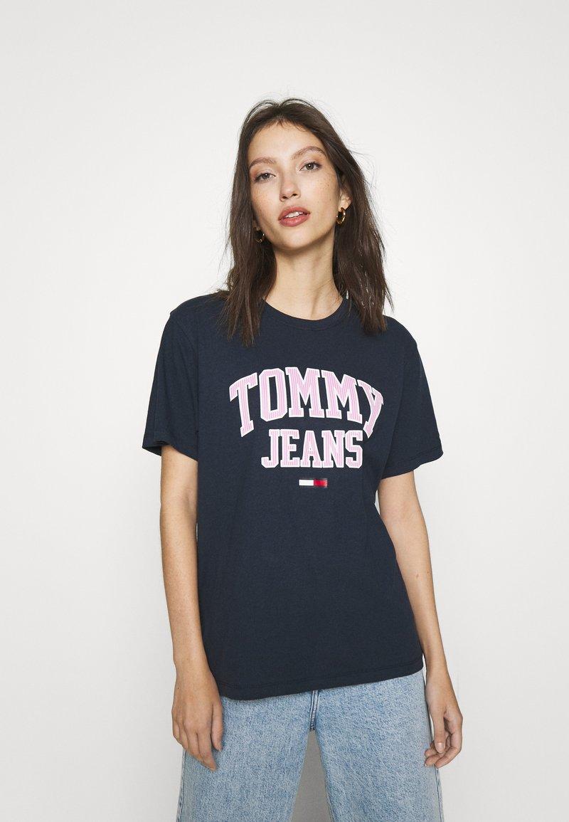 Tommy Jeans - COLLEGIATE LOGO - T-shirt print - twilight navy