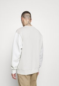 Nike Sportswear - CREW - Bluza - light bone - 2