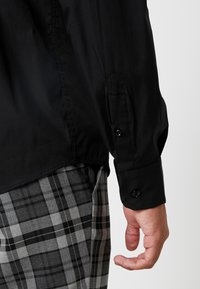 BY GARMENT MAKERS - THE ORGANIC SHIRT - Skjorter - black - 3