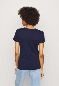 GAP - FLAG TEE - Camiseta estampada - navy uniform - 2