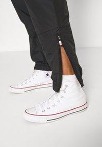 Converse - WOVEN CARGO JOGGER - Tracksuit bottoms - black - 4