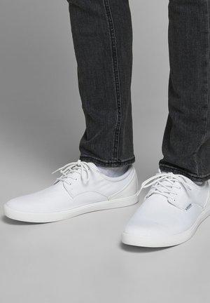 Trainers - bright white