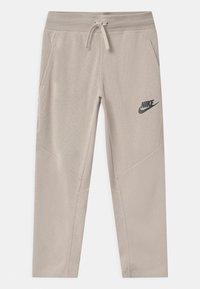Nike Sportswear - UTILITY BOTTOM - Pantalon de survêtement - desert sand/pale ivory - 0