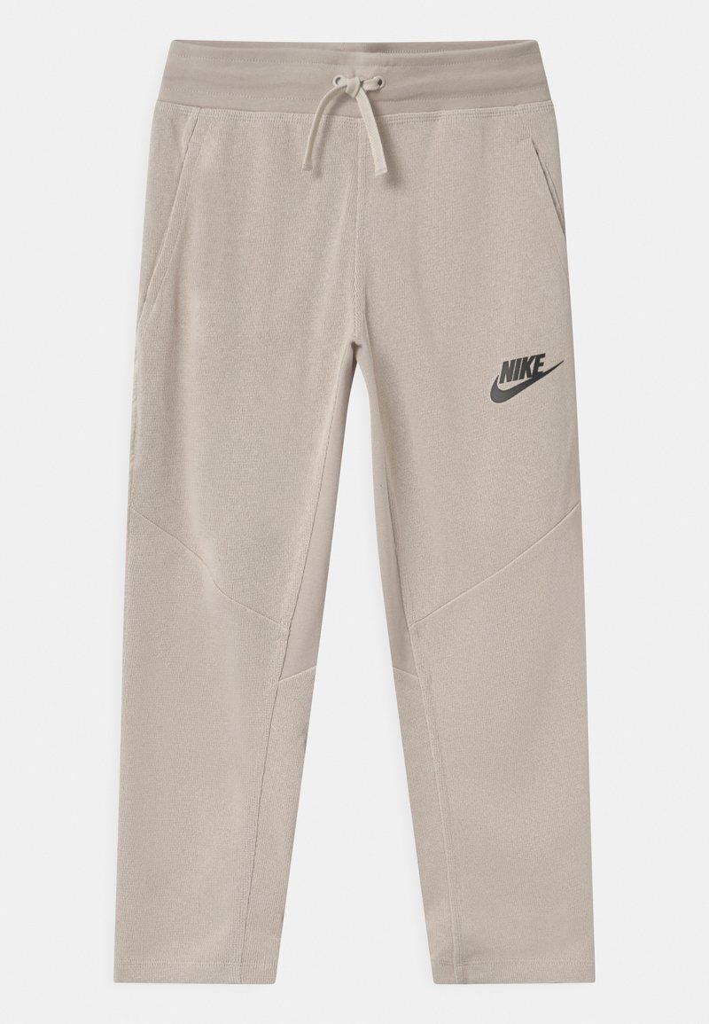 Nike Sportswear - UTILITY BOTTOM - Pantalon de survêtement - desert sand/pale ivory