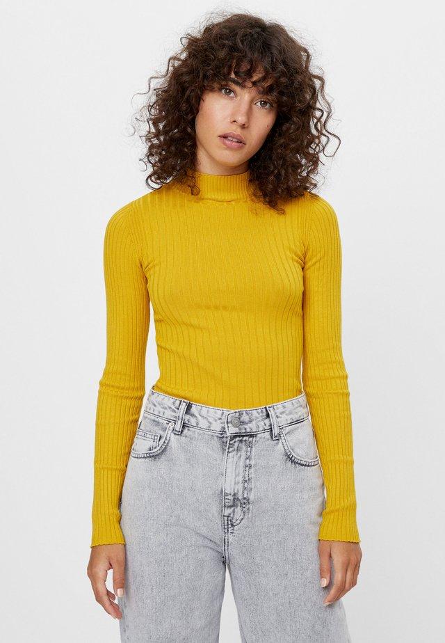 MIT GERIPPTEM STEHKRAGEN - Pullover - mustard yellow