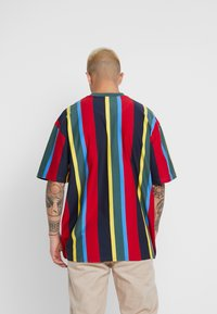 Karl Kani - SIGNATURE STRIPE TEE - T-Shirt print - green/yellow/black/blue - 2