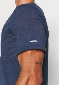 Nike Performance - RUN MILER  - T-shirt med print - thunder blue - 4