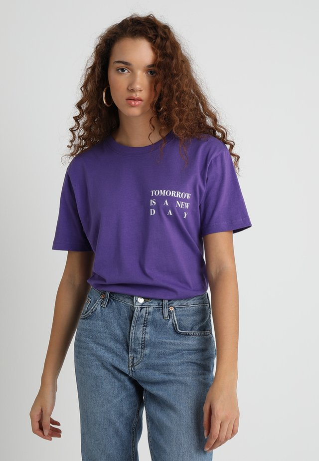 LADIES NEW DAY TEE - Print T-shirt - ultra violet