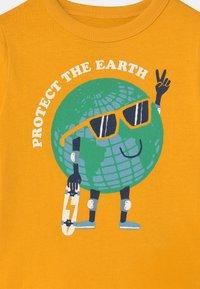 GAP - TODDLER BOY GRAPHIC - Print T-shirt - yellow sundown - 2