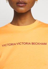 Victoria Victoria Beckham - SLIM FIT LOGO - Print T-shirt - tropical punch orange - 6