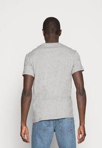 Timberland - STACK LOGO TEE - T-shirt con stampa - medium grey heather - 2