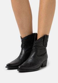 Felmini - WEST - Kovbojské/motorkářské boty - black - 0