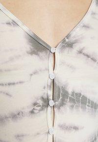 Weekday - VIOLA  - Gilet - tie dye grey with white - 6