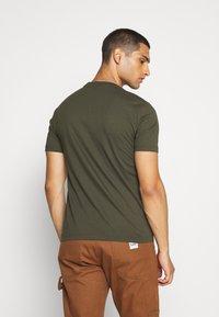 Calvin Klein - CHEST LOGO - Jednoduché triko - green - 2