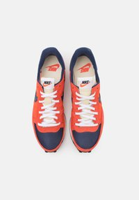Nike Sportswear - CHALLENGER OG UNISEX - Trainers - team orange/midnight navy/turf orange - 3