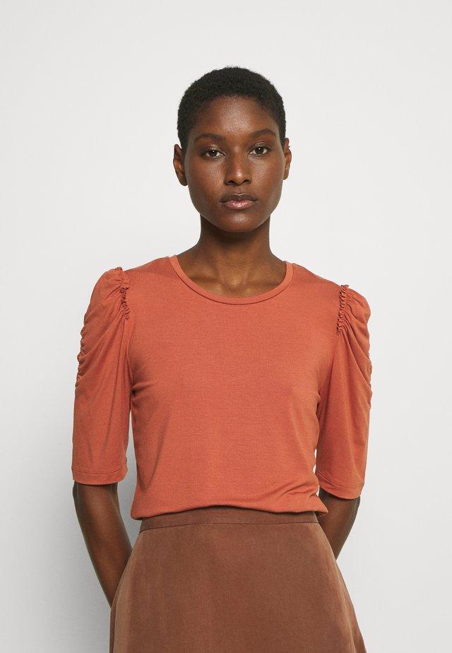 LILA - Camiseta estampada - baked clay