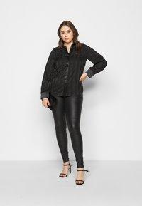 Vero Moda Curve - VMLORA COAT PANTS - Jeans Skinny Fit - black - 1