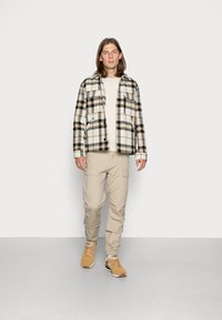 Vintage Industries - CONNER CARGO JOGGER - Cargo trousers - beige - 1