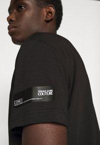 Versace Jeans Couture - SLIM TRIS LOGO - Triko spotiskem - black - 3