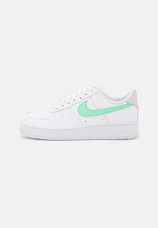 AIR FORCE 1 - Joggesko - white/green glow/light bone
