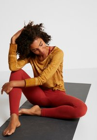 Yogasearcher - KARANI - Long sleeved top - curry - 1
