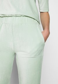 Another-Label - ARIELLE PANTS - Pantalon classique - light yucca