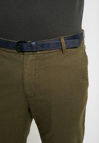 Scotch & Soda - STUART - Chino kalhoty - army - 4