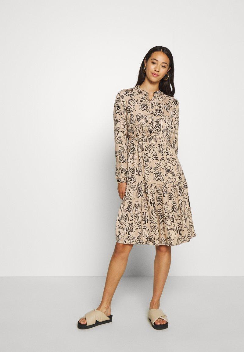 Vero Moda - VMKATE DRESS BELT - Skjortekjole - beige