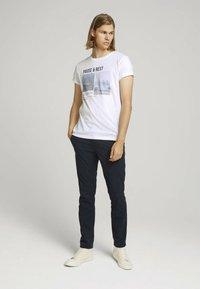 TOM TAILOR DENIM - MIT FOTOPRINT - Print T-shirt - white - 1