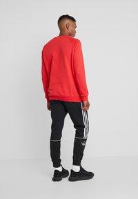 adidas Originals - 3 STRIPES CREW UNISEX - Sudadera - lush red - 2