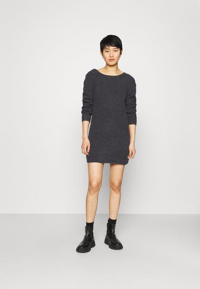 TWIST BACK DRESS - Pletené šaty - charcoal heather