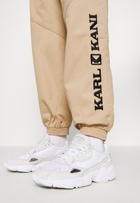 Karl Kani - RETRO PANTS - Trousers - sand - 5