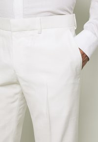 Isaac Dewhirst - WHITE WEDDING SLIM FIT SUIT - Completo - white - 6