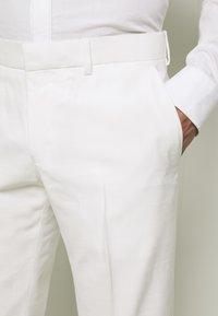 Isaac Dewhirst - WHITE WEDDING SLIM FIT SUIT - Kostym - white - 6