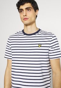 Lyle & Scott - BRETON STRIPE - T-shirt med print - navy/white - 3