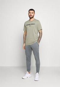 Nike Performance - TEE PRO - T-shirt z nadrukiem - light army - 1