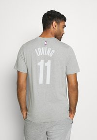 Nike Performance - NBA BROOKLYN NETS KYRIE IRVING NAME NUMBER TEE - Article de supporter - dark grey heather - 2