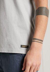 Superdry - MILITARY NON BRANDED GRAPHIC  - T-Shirt basic - skylark - 2