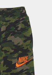 Nike Sportswear - CRAYON CAMO - Tracksuit bottoms - medium olive/camelia - 2