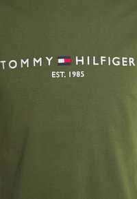 Tommy Hilfiger - LOGO TEE - Printtipaita - putting green - 6
