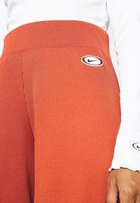 Nike Sportswear - Pantalones - firewood orange/black - 5